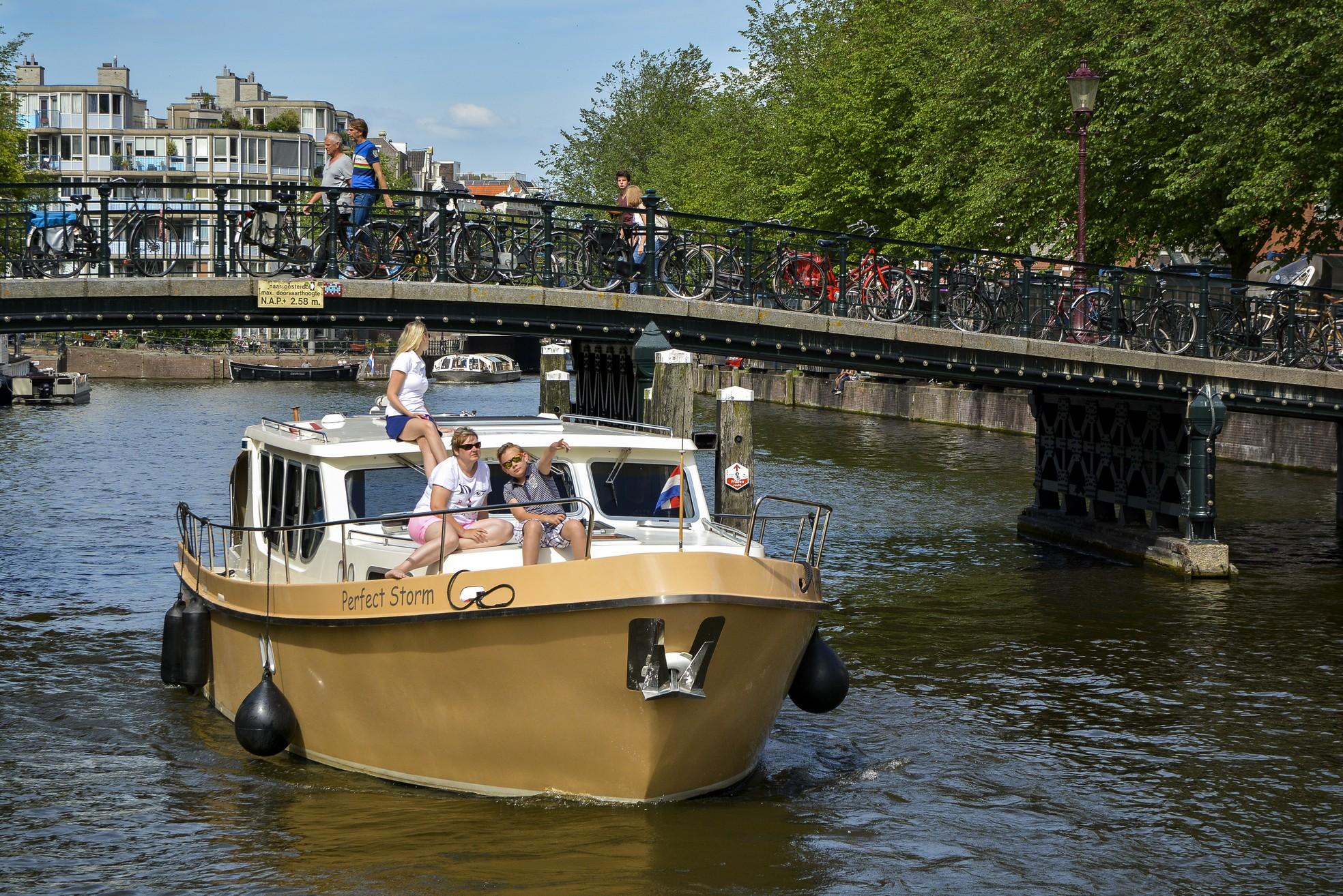 hausboot mieten holland ohne f hrerschein macht mann bei. Black Bedroom Furniture Sets. Home Design Ideas